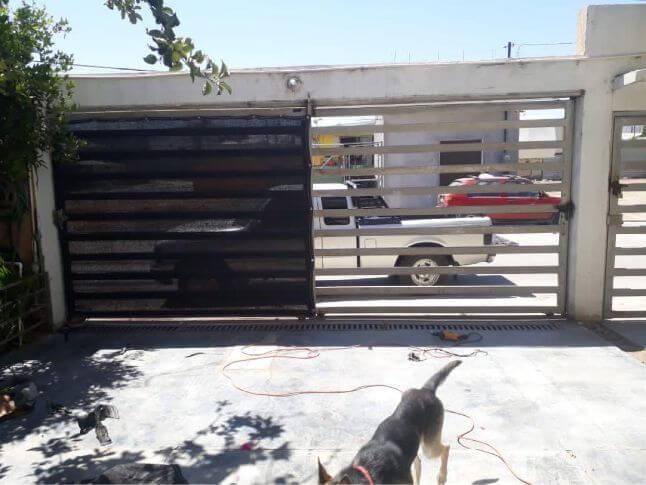 Cerco de lona de malla sombra instalada en casa en Tijuana
