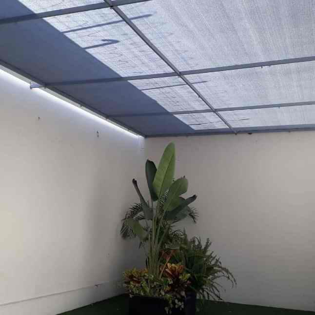 Malla sombra instalada en cochera en Tijuana
