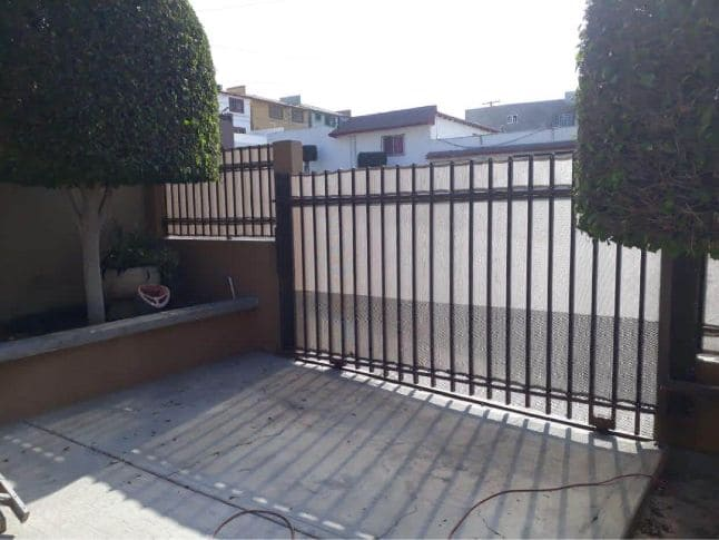 Malla con sombra cercando una casa en Tijuana